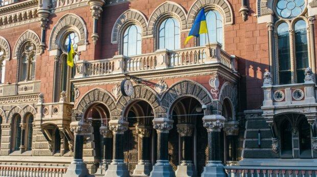 """В Украине """"лопнул"""" крупный банк: что будет с депозитами вкладчиков"""