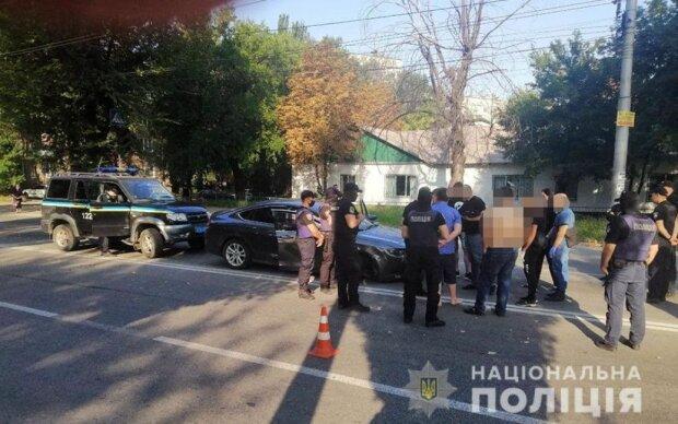 """В Запорожье при стрельбе ранены 5 людей: злоумышленники скрылись на """"Крайслере"""""""