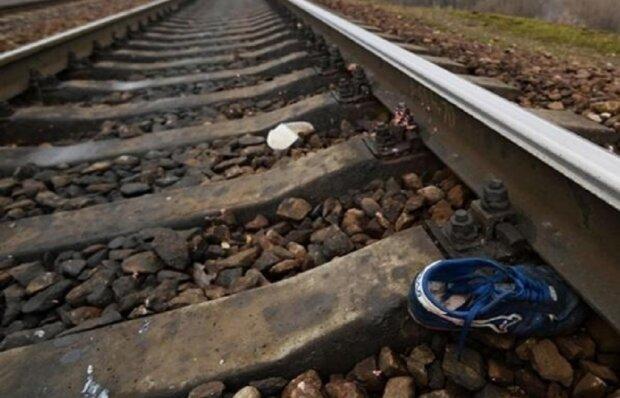 Он просто лежал на рельсах и не реагировал: в Ивано-Франковской области поезд насмерть переехал дедушку