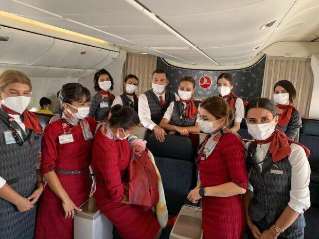 Эвакуированная афганка родила девочку на борту самолета