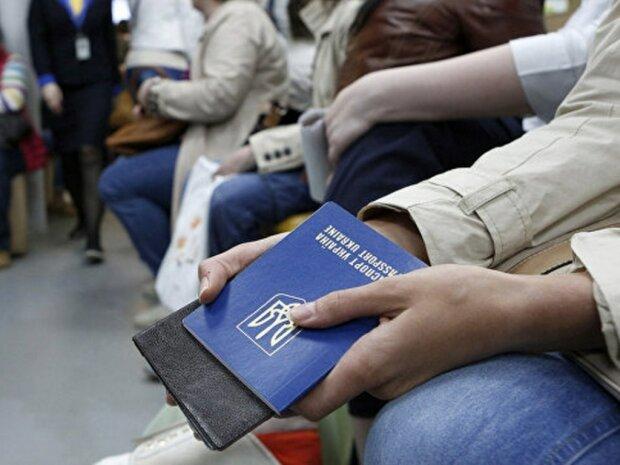В Украине количество безработных сократилось на треть