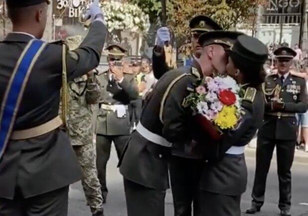 """Она сказала """"да!"""": Киевлян восхитило предложение военного любимой коллеге во время парада"""